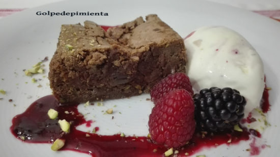 Brownie de chocolate y pistachos.